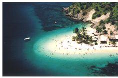 Isla de Plata, Mochima - Venezuela Enmarcada por unos enormes cocoteros que te dan la bienvenida, Isla de plata es un pequeño paraíso del Mar Caribe, perteneciente al Parque Nacional Mochima del estado Anzoátegui, representada por su playa de níveas y suaves arenas que se difuminan en la orilla,