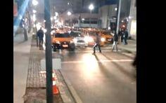 Motorista do Uber fura bloqueio e atropela taxistas em Curitiba (Foto: Reprodução / YouTube)