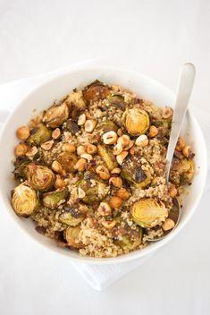 Salade de quinoa aux choux de Bruxelles rôtis et aux noisettes
