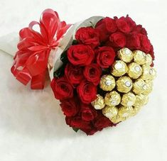 32 Popular Valentine Flowers Bouquet For a Romantic Moment - Valentines Day is one such occasion when couples, much in love, can present different Valentines Day flowers to the love of their life and convey to. Diy Bouquet, Candy Bouquet, Bouquet Flowers, Send Flowers, Flowers For Girlfriend, Rose Bouquet Valentines, Chocolate Flowers Bouquet, Birthday Wishes Flowers, Flower Box Gift