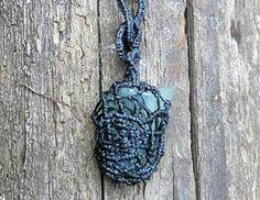 collar esculpido d  vidrio de mar,hilo encerado,alpaca macramé,alambrismo