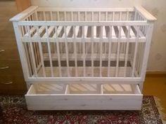 Детская кроватка с выдвижным ящиком для белья, регулируемым ложем и съемными боковыми обрешётками
