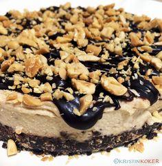Sunnere snickerskake som er nesten «raw», men vi bruker ristede peanøtter. Peanøtter er en belgfrukt og er ikke bra eller gode å spise rå, så jeg velger å bruke ristede salte peanøtter. Kaka er søt… Cereal, Breakfast, Food, Morning Coffee, Meals, Yemek, Corn Flakes, Eten, Breakfast Cereal