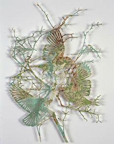 Imagens intricadas de pássaros e flores cortadas à laser de um mapa mundi   A artista residente em Londres Claire Brewster criou uma obra de arte de corte à laser, com pássaros que voam em torno de rosas,  feitas com um mapa mundi .