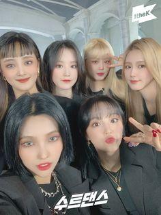 South Korean Girls, Korean Girl Groups, Divas, Foto Gif, Korean Bands, Cube Entertainment, Soyeon, Girl Bands, First Girl