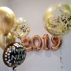 Hosting a NYE Party is a big task,the checklist goes on and on unless you plan.Get your hands on the best New Years Eve party Ideas that'll make things easy Happy New Year Banner, Happy New Year 2019, Happy Year, New Years Eve 2018, New Years Eve Party, New Years Eve Pictures, Black And Gold Balloons, Gatsby Themed Party, New Years Eve Decorations