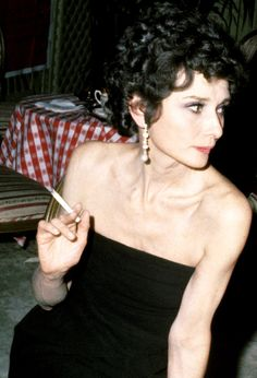 Audrey Hepburn photographed by Ron Galella during the Art Buchwald Party on April 1975 at The Bistro in Los Angeles, California. Hollywood Actresses, Old Hollywood, Hollywood Stars, Audrey Hepburn Style, Audrey Hepburn Smoking, Aubrey Hepburn, Roman Holiday, Glamour, Celebs