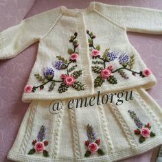This Pin was discovered by Eme Crochet Baby Poncho, Gilet Crochet, Knit Crochet, Crochet Doll Pattern, Crochet Stitches Patterns, Baby Knitting Patterns, Knitting For Kids, Crochet For Kids, Diy Crafts Crochet