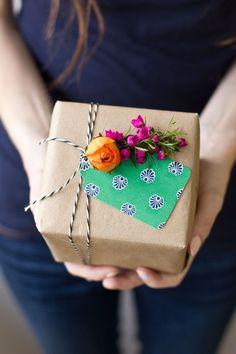 Az ajándékcsomagolás is az ajándék része, a megajándékozott a csomagolást pillantja meg először, már csak ezért is érdemes megadni a módját.  A kreatív csomagolás egyedi és szép, s jó ha mellőzi ahagyományos, felületes-gyors megoldásokat. Nem feltétlenül kell (sokat) költeni rá, sok, háztartásban fellelhető apróságot felhasználhatunk dekoráláshoz.Íme, néhány ötletes megoldás! Egyszerű fehér csomagolópapír vegyes technikával díszítve: tustollal megrajzolt növényekre színes/mintás karton...