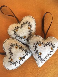 Elegant Felt Heart Ornament Gift Decoration - Basteln u. Embroidery Hearts, Felt Embroidery, Felt Applique, Felt Christmas Decorations, Felt Christmas Ornaments, Handmade Christmas, Diy Ornaments, Beaded Ornaments, Glass Ornaments