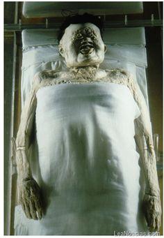 """La piel de la Dama de Dai Como la esposa del gobernante de Dai durante la dinastía Han, Xin Zhui llevó una vida de lujo hace 2.000 años en China. Cuando esa vida terminó a la edad de 50, el privilegio no lo hizo. El cuerpo de la """"Dama de Dai"""" ha sido declarado la momia mejor conservada nunca antes visto, con órganos que están todavía intactos y miembros que todavía son flexibles."""