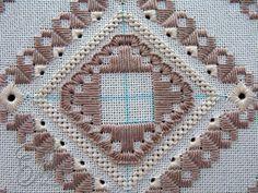 Далее вышиваем: 1-4 прямые стежки 5-9 внешний угол из 5 стежков По диагонали внутреннего квадрата шьем только угловые элементы лангетного шва. Точки начала отметила