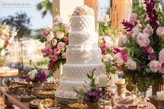 Sei que muitos noivos têm optado por casamentos mais leves, menos tradicionais e nem por isso menos charmoso. A Nara e o Hughes são um belo exemplo disso!