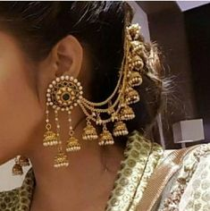 If you want to be a unique bride that looks gorgeous on your wedding day, search for the bridal jewelry that will compliment your attire. Indian Jewelry Earrings, Indian Jewelry Sets, Jewelry Design Earrings, Indian Wedding Jewelry, India Jewelry, Ear Jewelry, Ethnic Jewelry, Gold Jewelry, Tikka Jewelry