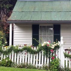 ZsaZsa Bellagio – Like No Other: Sweet Sweet Shabby Chic White Cottage, Cozy Cottage, Beautiful Gardens, Beautiful Homes, Simply Beautiful, Trailing Flowers, Little White House, Cottage Style Homes, Country Life