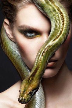 """""""Snakes and Girls"""", une série de photographie de mode réalisée par la photographe américaine Alexandra Leroy, basée à New-York, avec de magnifiques serpen"""