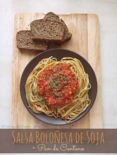 Salsa Boloñesa de Soja  Ingredientes: - 60 gr. de soja texturizada fina - 1 lata de tomates triturados grande - 2 cdas. de pasta de tomate o concentrado de tomate - 1 cebolla - 2 dientes de ajo machacados - 1 cda. de salsa de soja (espesa) - 1 cdta. de pimentón dulce - 1 cda. de orégano - 1 cdta. de tomillo - 1 cda. de azúcar (moreno o blanca) - 2 cdas. de aceite de oliva - sal y pimienta al gusto - Pasta cocida de tu elección para servir