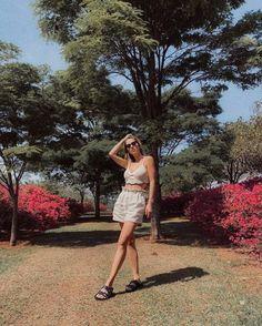 Looks frescos com shorts e sem salto - tem leveza, mas tem estilo Bermudas Fashion, Camisa Oversized, Shoulder Dress, One Shoulder, Ideias Fashion, Spring Summer, Blazer, Dresses, Athletic Shorts