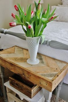 KariAnne from Thistlewood Farmmade this night table with reused pallets in a truly vintage style !