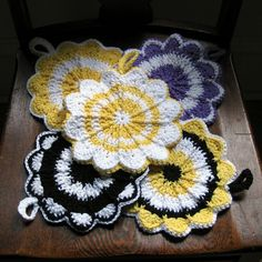 Here is a Simple Pattern by Priscilla Hewitt.take it to Make this Beautiful Scalloped Potholder . Quick Crochet Patterns, Crochet Potholder Patterns, Crochet Dishcloths, Crochet Motif, Crochet Flowers, Crochet Kitchen, Crochet Home, Crochet Crafts, Crochet Projects