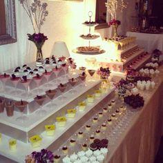 mesa con copas decoradas con dulces