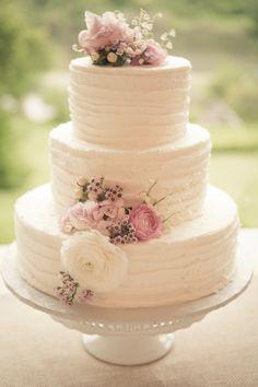 Bolo de casamento com cobertura texturizada, decorado com flores naturais. #bolo #casamento