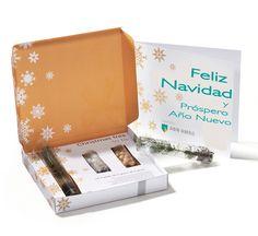 Una caja elegante con un arbolito de navidad mini y nieve y decoraciones.Plantalo despues navidad a tu balcon o al jardin. Deseos por correos.¡¡Genial!!www.regalos-publicidad.es