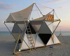 Pequeña casa para acampar. La estructuras triangulares permiten darle resistencia a esta construcción, pudiendo armar grandes estructuras con materiales livianos.