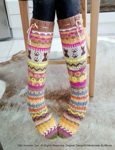 Àhhku Kirjoneulesukat Allepolven malli :) Suloiset kissasukkaset Wool Socks, Knitting Socks, Crochet Boots, Knit Crochet, Knitting Projects, Knitting Ideas, Thigh High Socks, Thick Socks, Slipper Boots