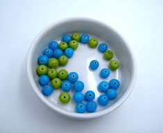 50g perles de rocailles en verre Vert Bleu /& Multi Iris ~2mm taille 11//0