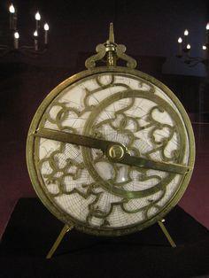 """Chateau-Ecouen- MICHEL ASNE - ASTROLABE PLANISPHERIQUE, 1: Caen, 1602. Signé: """"Micael Asineus aurifex Cadami exarabat anno Salutis 1602"""" (Michel Asne, orfèvre de Caen, le grava en l'an de grâce 1602). Laiton, papier, encre. Acq de M.BAUR, 1875. E.CL.9348. L'astrolabe planisphérique est une représentation de la voûte céleste sur un plan. Ce plan est celui de l'équateur."""