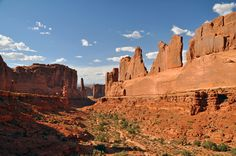 A day in Arches National Park, Utah. The we12travel tips and tricks for making the most out of your time and beating the crowds that will trvavel there, too