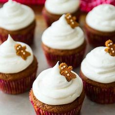 Spiced gingerbread cupcake recipe with tangy, sweet cream cheese frosting. Moist and flavorful, these homemade cupcakes are the perfect treat during the holidays! Christmas Snacks, Christmas Appetizers, Christmas Baking, Christmas Recipes, Christmas Cookies, Christmas Ideas, Xmas, Cupcake Flavors, Cupcake Recipes