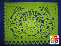 MICHOACÁN MÁGICO TE HABLA DEL PAPEL PICADO Los dibujos y las figuras tienen gran diversidad y el papel picado está siempre presente no sólo en las fiestas patrias, navideñas y el Día de Muertos, sino también en bodas, XV años y bautizos. No se puede imaginar una fiesta popular sin estas banderitas, se puede decir que el papel picado es la artesanía de todas las fiestas. http://www.hotellacasita.com.mx/