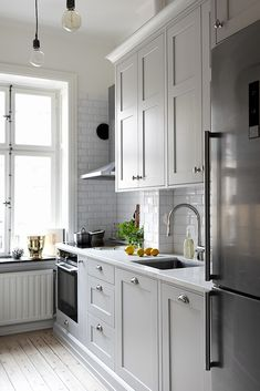 Kitchen that matches building history from Early 1900 in Stockholm, we thought that we had hurt the soul in the house putting something to… Rustic Kitchen, Kitchen Dining, Kitchen Decor, Kitchen Cabinets, Küchen Design, Home Decor Inspiration, Design Inspiration, Interior Design Living Room, Home Kitchens