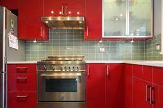 Стеклянная плитка на красивой дизайнерской кухне