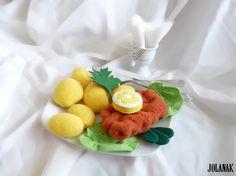 Řízek s bramborem Ručně šité jídlo - řízek s bramborem a oblohou. Vhodné jako hračka pro děti do kuchyňky či jako legrační dekorace nebo dárek. Velikost řízku - cca 10-11 cm, brambůrky- 3, 4, 5 cm Cena je za celou sadu. Brambory a řízek jsou ušity z fleece a plněny polyesterovým kuličkovým rounem vhodným i pro alergiky, hlávkový salát, citron a obloha jsou z plsti. ...