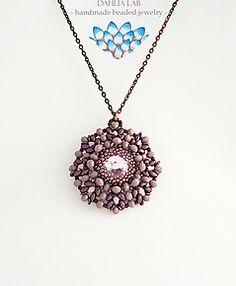 Ciondolo Dahlia Sunset Pink. Da un'attenta e ricercata combinazione di perline, nasce la collezione di ciondoli Dahlia, ispirata alle diverse ed uniche varietà di dalia nel mondo