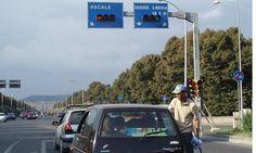 Lavavetri ancora violenti ai semafori della Rotonda, imbrattano vetri, imprecano e minacciano gli automobilisti a cura di Redazione - http://www.vivicasagiove.it/notizie/lavavetri-ancora-violenti-ai-semafori-della-rotonda-imbrattano-vetri-imprecano-minacciano-gli-automobilisti/