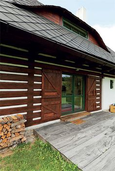 Chalupa na šťastném kopci | Chatař & Chalupář Vernacular Architecture, House Doors, Cottage Interiors, Natural Living, Traditional House, Cabana, Pavilion, Country Style, Outdoor Decor