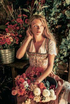 LENA HOSCHEK TRADITION - Frühling/Sommer 2019 ©Rares Peicu - Kainach Dirndlbluse, Charlotte Dirndl #dirndl #naturalstyle #spring #summer #lenahoschek #tradition #tracht #lenahoschektradition #österreich #austria