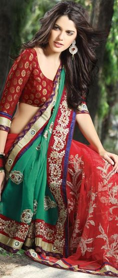 We've watched an Indian movie even once in our lives and we've all been charmed with these colorful traditional outfits, saree styles. Indian Blouse, Indian Sarees, Indian Attire, Indian Ethnic Wear, Indian Style, Saree Blouse Designs, Blouse Patterns, Sari Blouse, Sari Dress