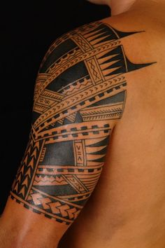 maori tattoo am oberarm und brust f r m nner tribal tattoo pinterest manieren maori. Black Bedroom Furniture Sets. Home Design Ideas
