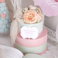 ラデュレ風カラーのウェディングケーキ型ウェルカムボード。やさしく甘い色合いのピーチ &ピンクホワイトのバラと、どこかアンティーク感漂う繊細なベージュのフランスレースのロマンティックな組み合わせ♪土台から丁寧に手作りしたカルトナージュケーキです。