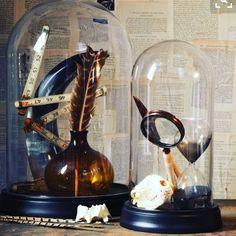 Adoro as cúpulas de vidro! Se você quer dar status a uma peça que é simples e muito especial para você coloque uma cúpula de vidro. Puro charme!