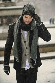 Den Look kaufen:  https://lookastic.de/herrenmode/wie-kombinieren/cabanjacke-sakko-langarmhemd-jeans-muetze-schal-handschuhe/4141  — Schwarze Mütze  — Dunkelgrauer Schal  — Weißes und rotes vertikal gestreiftes Langarmhemd  — Braunes Wollsakko  — Schwarze Cabanjacke  — Schwarze Jeans  — Schwarze horizontal gestreifte Wollhandschuhe