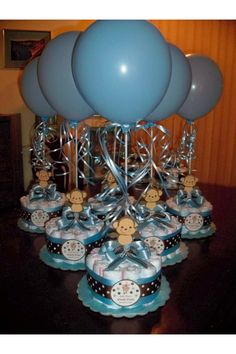 monkey baby shower diapers centerpiece with balloon baby blue baby shower centerpieces 7 new ideas for baby boys shower! Idee Baby Shower, Mesas Para Baby Shower, Fiesta Baby Shower, Regalo Baby Shower, Baby Shower Diapers, Baby Shower Gifts, Baby Shower Diaper Cakes, Cricut Baby Shower, Baby Gifts