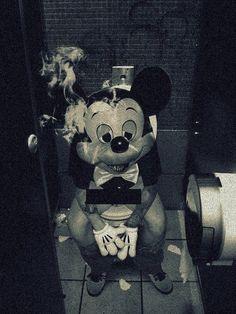 Mickey mouse finit sa soirée dans les toilettes
