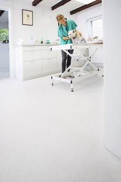 ... und leicht zu reinigen, weswegen er häufig in öffentlichen Gebäuden verwendet wird. #homestory #homestoryde #home #interior #vinyl #inspiring #floor #colour