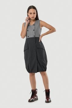 Φόρεμα μίντι αμάνικο με συνδυασμό υφασμάτων. Κλείσιμο μπροστά σταυρωτά με κουμπιά. Λάστιχο στο τελείωμα και μεγάλες τσέπες μπροστά. Outfits, Shopping, Fashion, Moda, Suits, Fashion Styles, Fashion Illustrations, Kleding, Outfit